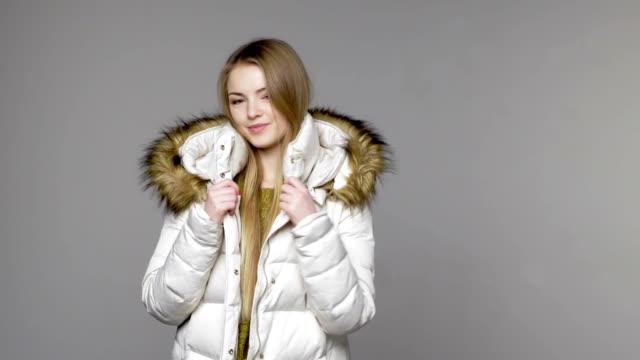 woman wearing warm winter coat - жакет стоковые видео и кадры b-roll