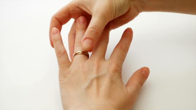 donna che indossa un anello di fidanzamento o matrimonio diamante - mano donna dita unite video stock e b–roll