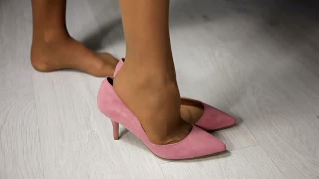 vídeos de stock, filmes e b-roll de mulher usa cor-de-rosa, calçado - salto alto