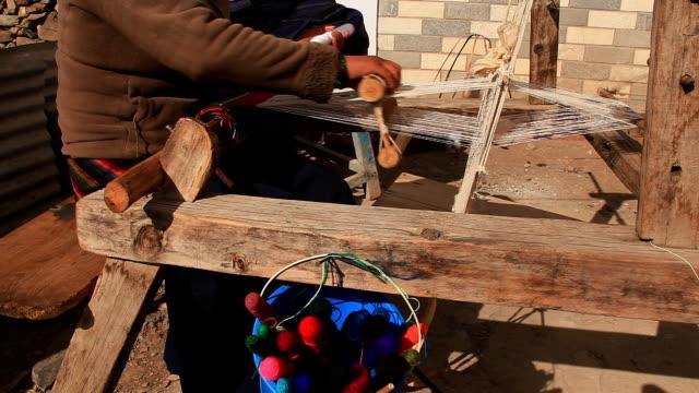 woman weaving a traditional scarf. - väva bildbanksvideor och videomaterial från bakom kulisserna