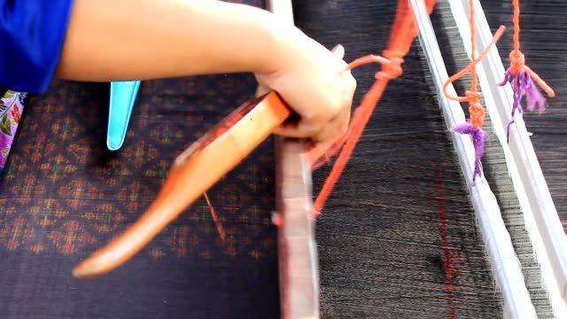 woman weaving thai silk - prodotto d'artigianato video stock e b–roll