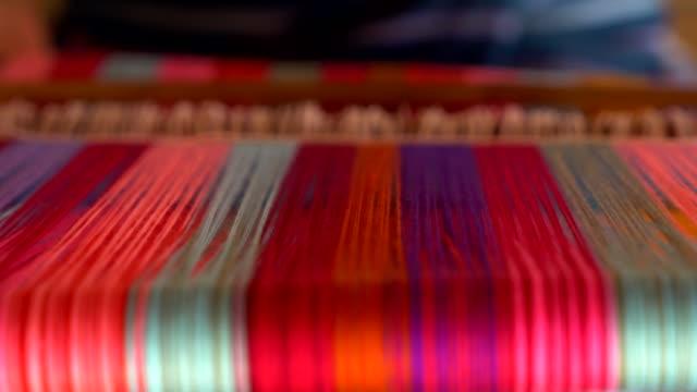 kvinna vävning traditionella thailändska tyg - sarong bildbanksvideor och videomaterial från bakom kulisserna