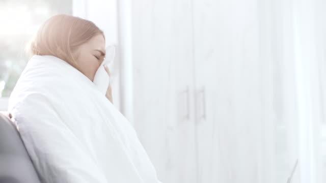 woman who has flu using laptop - kołdra filmów i materiałów b-roll