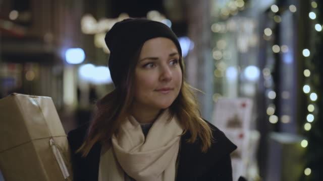 Mujer ventana comercial durante vacaciones de Navidad - vídeo