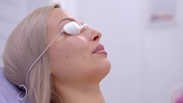 Woman wiped her face with a cotton pad, beauty salon. Woman in safety glasses in a beauty salon on a cosmetic procedure. Portrait view. Woman wiped her face with a cotton pad, beauty salon. Woman in safety glasses in a beauty salon on a cosmetic procedure. Portrait view. beautician stock videos & royalty-free footage