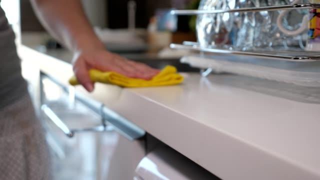 kvinna torkar köks bord med gul trasa, hand närbild. - working from home bildbanksvideor och videomaterial från bakom kulisserna