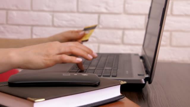 woman with a credit card. - fare una prenotazione video stock e b–roll