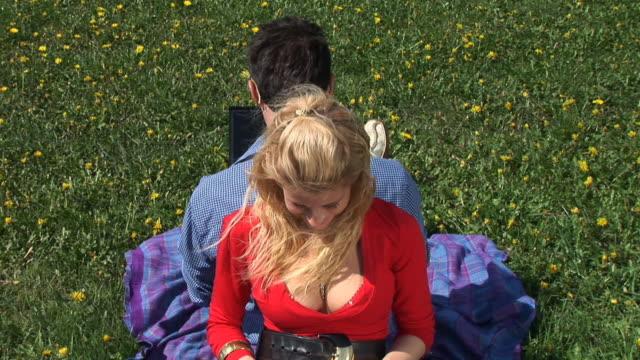 vidéos et rushes de hd : femme avec un ordinateur portable - décolleté