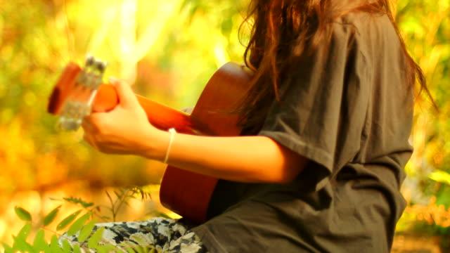 vídeos y material grabado en eventos de stock de mujer con guitarra accoustic - ojo morado