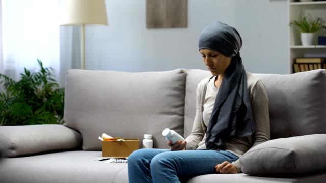 암 약, 실험적인 치료, 약리학 비즈니스를 들고 여자 - aids 스톡 비디오 및 b-롤 화면