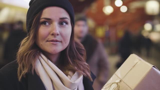 kvinna med julklapp på tågstationen - waiting for a train sweden bildbanksvideor och videomaterial från bakom kulisserna