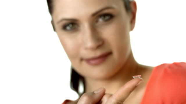 vídeos de stock e filmes b-roll de hd: mulher com lente de contacto no dedo - contacts