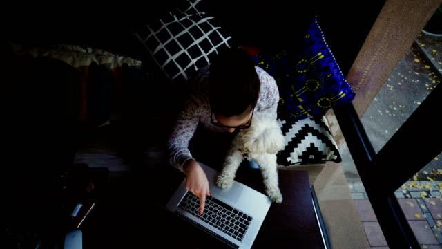 vidéos et rushes de femme avec chien au café - femme seule s'enlacer