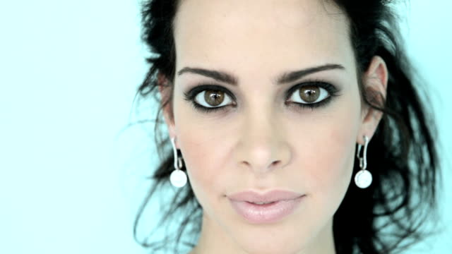 stockvideo's en b-roll-footage met woman with earrings - zwart haar