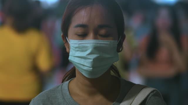 vídeos y material grabado en eventos de stock de mujer con máscara higiénica - wuhan