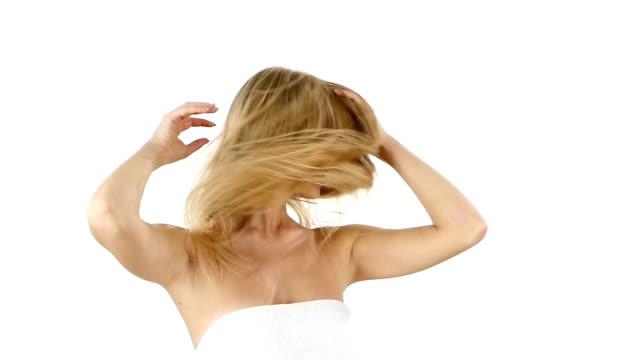 vídeos de stock e filmes b-roll de mulher com longa loiro hair. câmara lenta, casa de banho - reto descrição física
