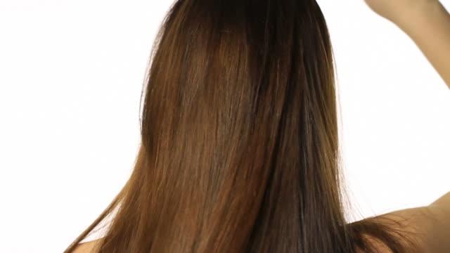 女性長い健康的な髪をお探しですか - ブラシ点の映像素材/bロール