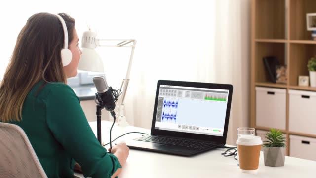 vídeos de stock, filmes e b-roll de mulher com podcast da gravação do microfone no estúdio - podcast