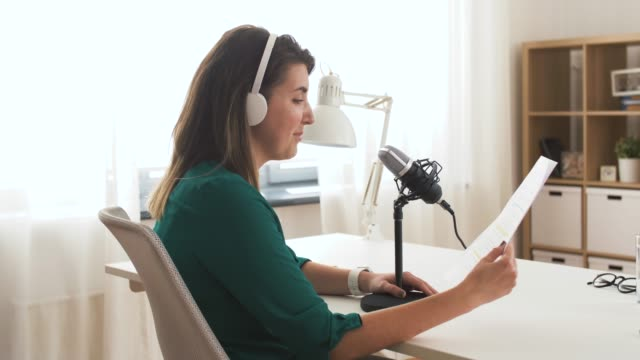 frau mit mikrofon aufnahme podcast im studio - podcast stock-videos und b-roll-filmmaterial