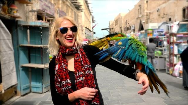 donna con pappagallo - souk video stock e b–roll