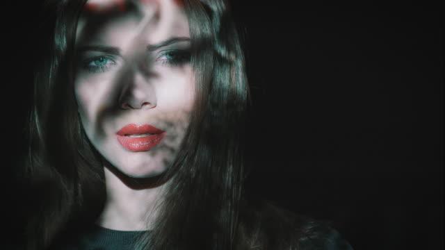 kobieta z rzutem na twarz - modelka i model filmów i materiałów b-roll