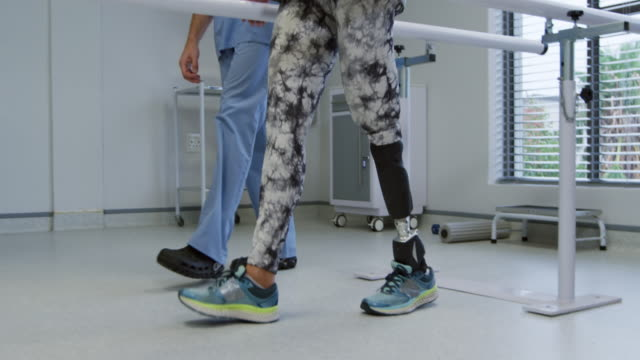 woman with prosthetic leg at hospital - fisioterapia video stock e b–roll