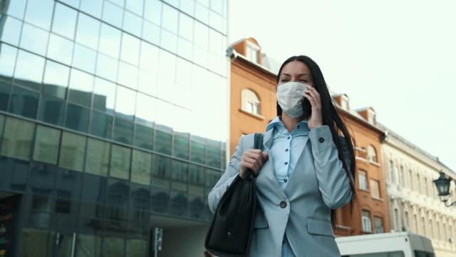 kvinna med skyddsmask på stadsgatan - endast en ung kvinna bildbanksvideor och videomaterial från bakom kulisserna