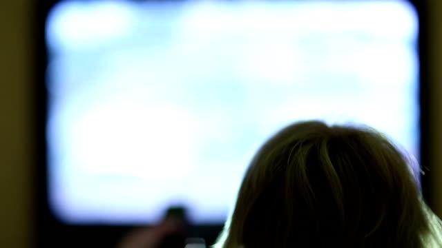 kvinna med fjärrkontroll byter tv-kanaler - paper mass bildbanksvideor och videomaterial från bakom kulisserna