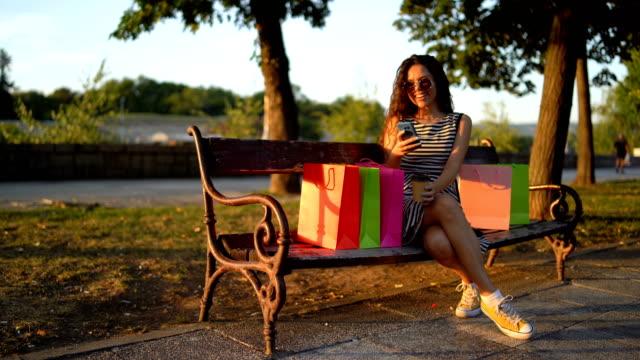 kvinna med shopping kassar - köpnarkoman bildbanksvideor och videomaterial från bakom kulisserna