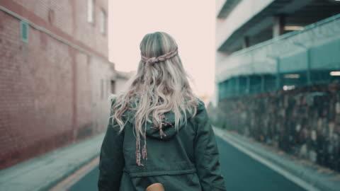 vidéos et rushes de femme marchant dans la rue avec skate - jeunes femmes