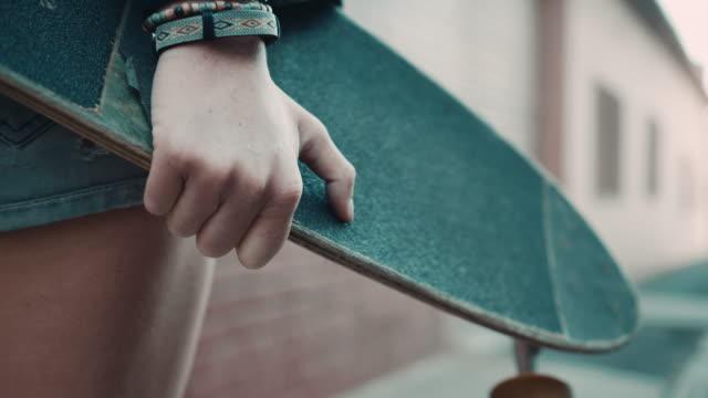 Femme marchant dans la rue avec Skate - Vidéo