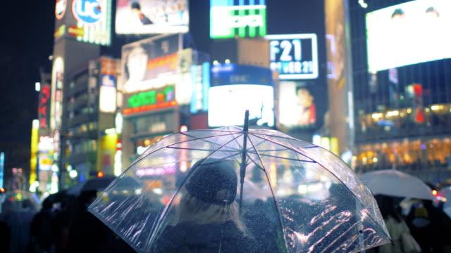 在澀谷十字路口傘的女人 - 澀谷交叉點 個影片檔及 b 捲影像