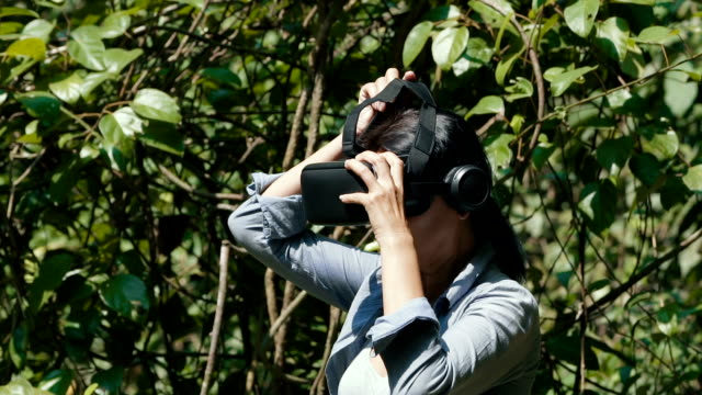 woman with virtual reality goggles - ritratto 360 gradi video stock e b–roll