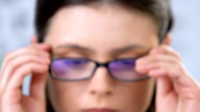 vidéos et rushes de femme avec des problèmes de vision utilisant des lunettes, insécurité d'estime de soi, honte - réfracteur