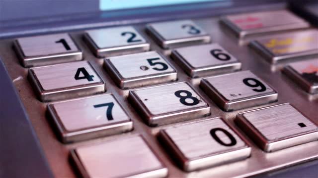 vidéos et rushes de femme se retirer de l'argent dans un distributeur automatique de billets multi-prise - épingle
