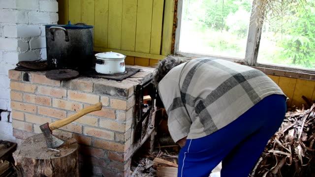 woman 木製キッチンストーブ - 薪点の映像素材/bロール