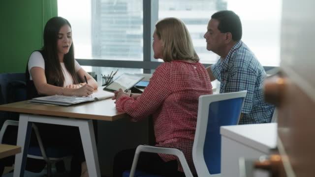 vídeos de stock, filmes e b-roll de mulher que trabalha como consultor de investimentos, a falar com os clientes no escritório - assistente jurídico