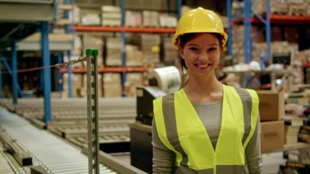 vídeos de stock, filmes e b-roll de mulher que trabalha em um armazém - satisfação