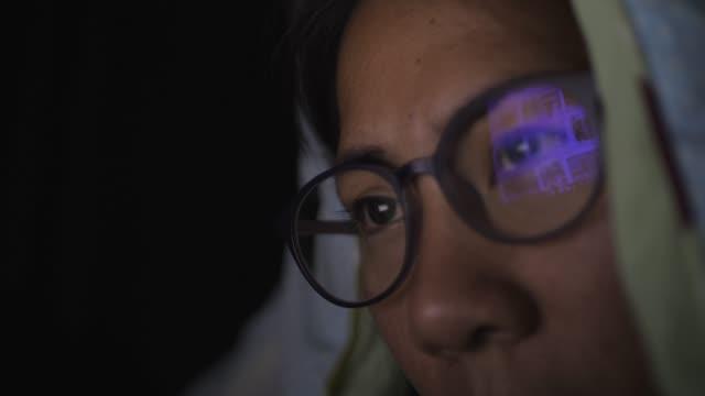 kvinna som arbetar på hennes sovrum - digital reading child bildbanksvideor och videomaterial från bakom kulisserna