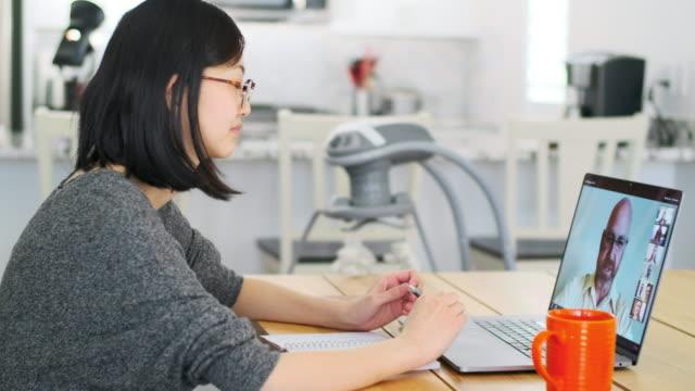 web チャット会議で自宅で働く女性 - テレビ会議 日本人点の映像素材/bロール