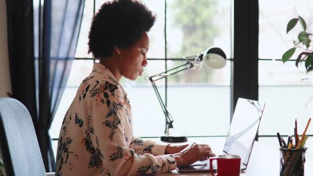 kvinna som arbetar hemma - 35 39 år bildbanksvideor och videomaterial från bakom kulisserna