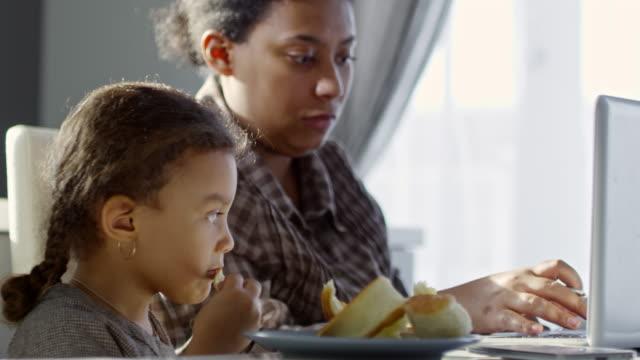 kvinna som arbetar hemma med söt dotter - working from home bildbanksvideor och videomaterial från bakom kulisserna