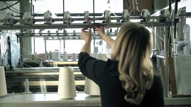 スレッド巻き戻しマシンビデオで働く女性 ビデオ