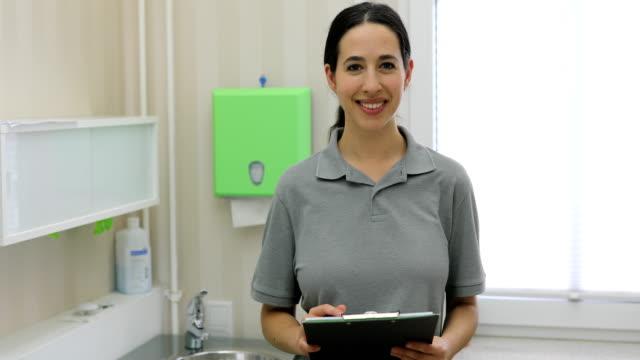 病院で働く女性 - 上半身点の映像素材/bロール