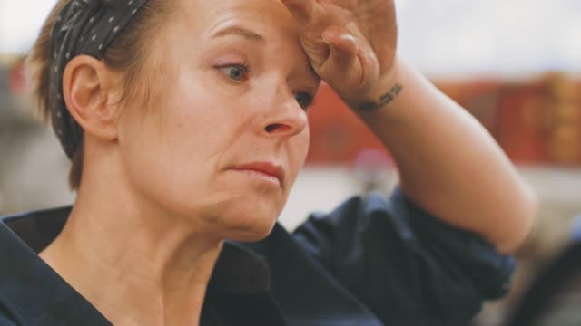 kvinna som arbetar i en verkstad - kroppsarbetare bildbanksvideor och videomaterial från bakom kulisserna