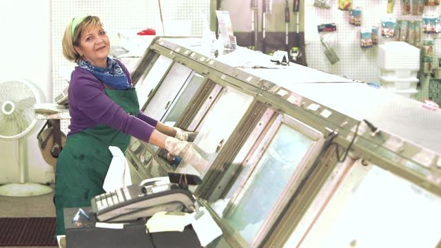 stockvideo's en b-roll-footage met vrouw die werkt op de vismarkt - minder dan 10 seconden