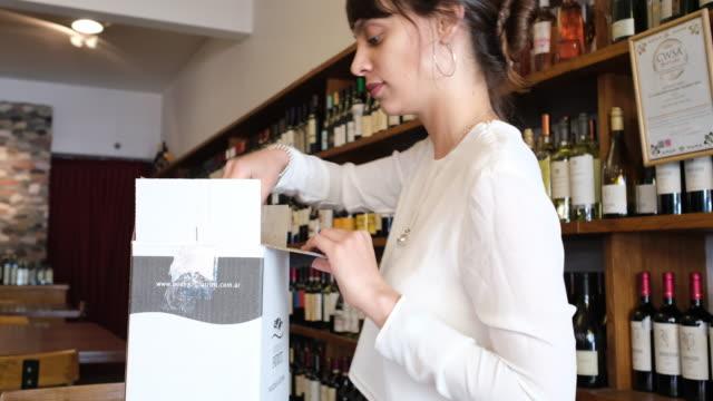 kvinna som arbetar i spritbutik - wine box bildbanksvideor och videomaterial från bakom kulisserna