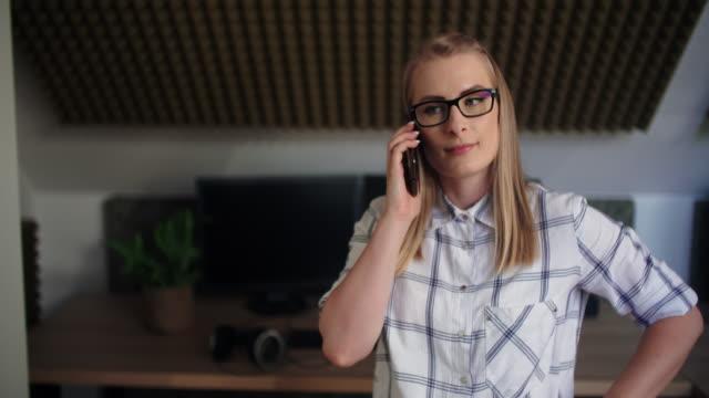 frau arbeitet im modernen callcenter-büro - pflicht stock-videos und b-roll-filmmaterial