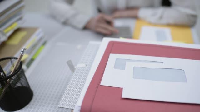 kvinna som arbetar på kontoret - accounting bildbanksvideor och videomaterial från bakom kulisserna