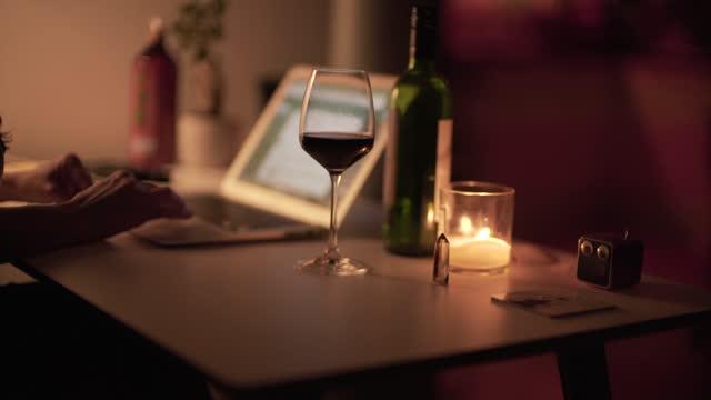 집에서 늦은 밤에 일하는 한 여성 - 촛불 조명 장비 스톡 비디오 및 b-롤 화면
